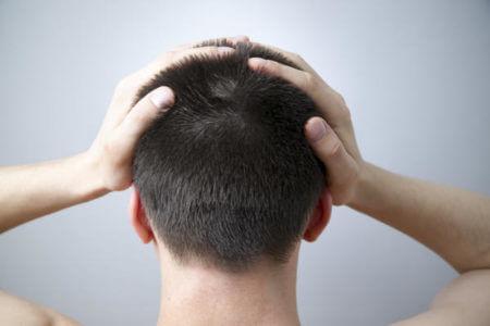 мужчина болит голова