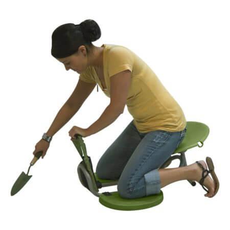 Девушка на специальном стуле для работы в городе