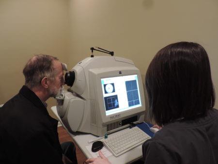 врач офтальмолог проверяет зрение