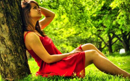девушка в лесу в красном платье