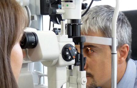 Пациент на обследовании у офтальмолога