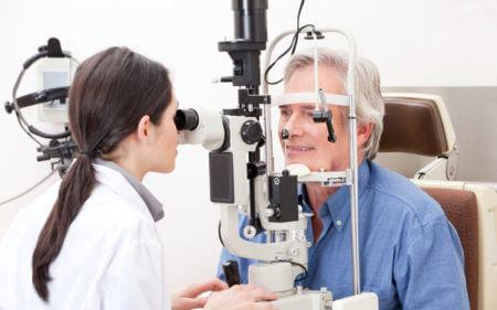 окулист врач прием девушка пациент