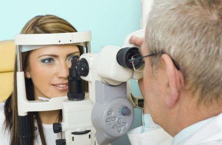 врач зрение проверяет прием девушка