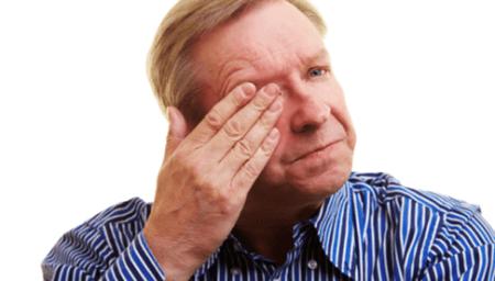 Мужчина трет глаз при глаукоме