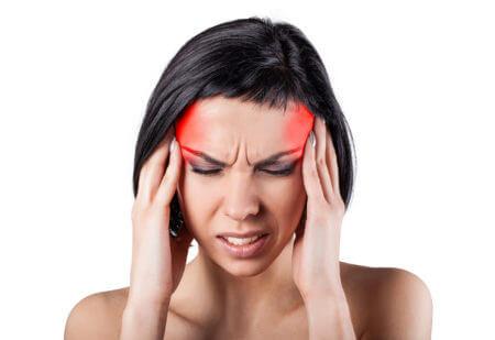 головная боль у девушки брюнетки