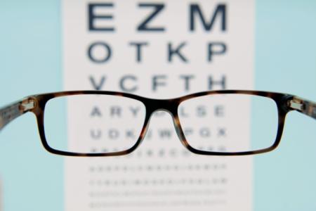 офтальмологическая таблица сквозь очки