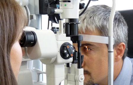 офтальмолог проводит диагностику