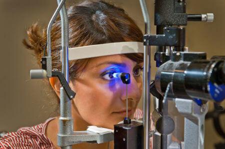 девушка на диагностике глаукомы