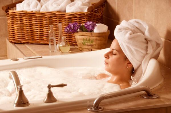 Наклонилась включить воду в ванной онлайн