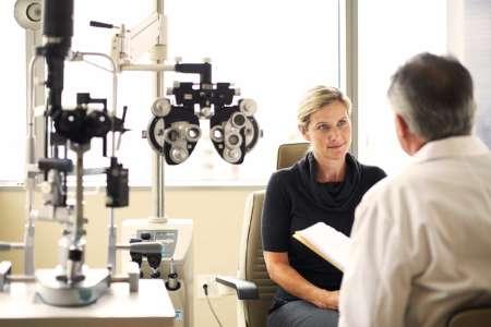 Женщина на приёме у офтальмолога
