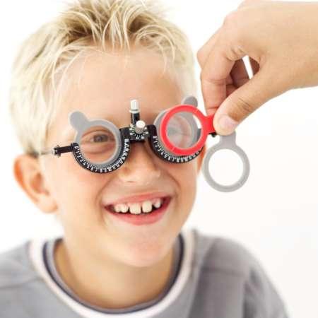 мальчику подбирают очки