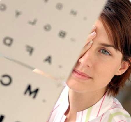 женщина проверяет зрение с помощью специальной таблицы