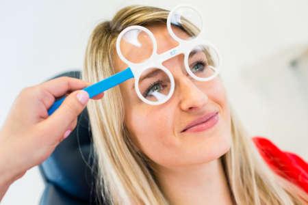 Девушка в специальных очках для проверки зрения