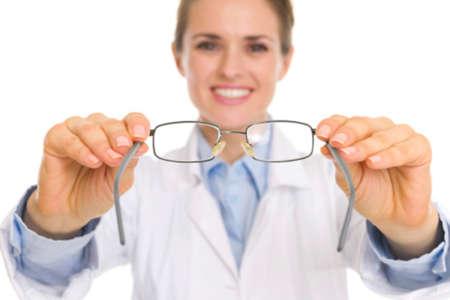 Женщина держит в руках очки