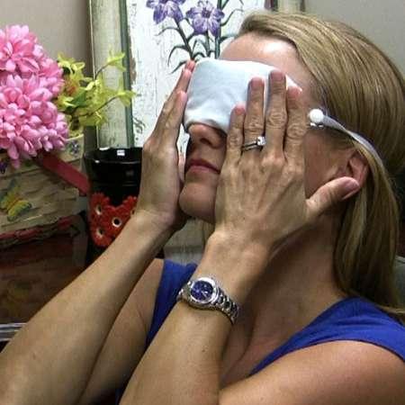 Женщина прогревает глаза