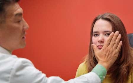 молодая девушка на приёме у врача