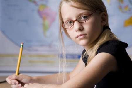 Девочка в очках на фоне атласа