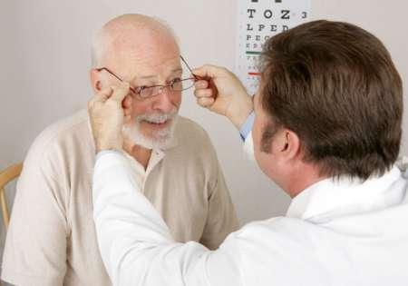 Пожилой мужчина на приёме у врача
