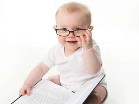 малыш в очках с книгой на коленях