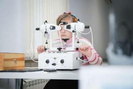 Девочка проходит обследование на аппарате