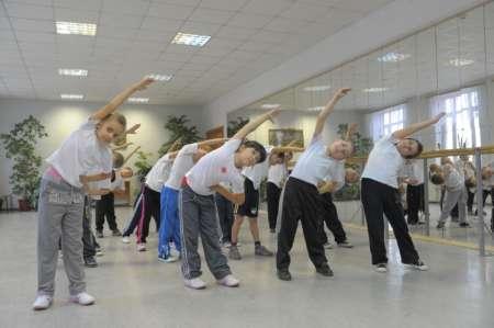 Группа детей на занятиях физкультурой