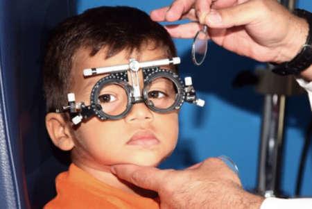Ребенок у офтальмолога примеряет линзы для очков