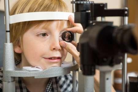 Ребёнок проходит обследование зрения