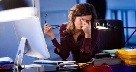 У девушки устали глаза при работе за компьютером