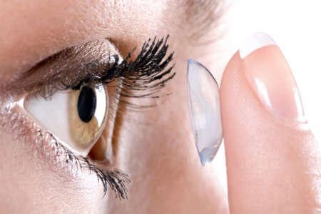 Девушка надевает контактные линзы
