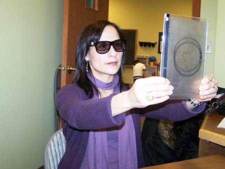 женщина в корректирующих очках занимается упражнениями для глаз