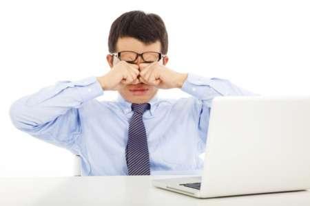У мужчины устали глаза от работы за компьютером