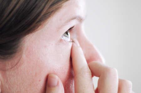 Девушка массирует глаза