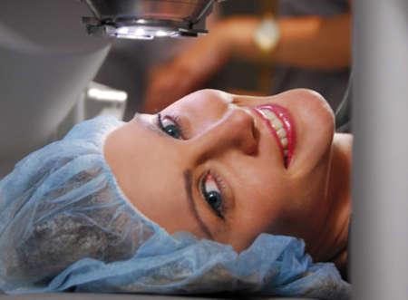 Женщина готовится к операции на глаза