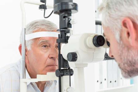 Мужчина на обследовании у офтальмолога
