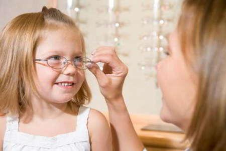 Девочка на приеме у офтальмолога