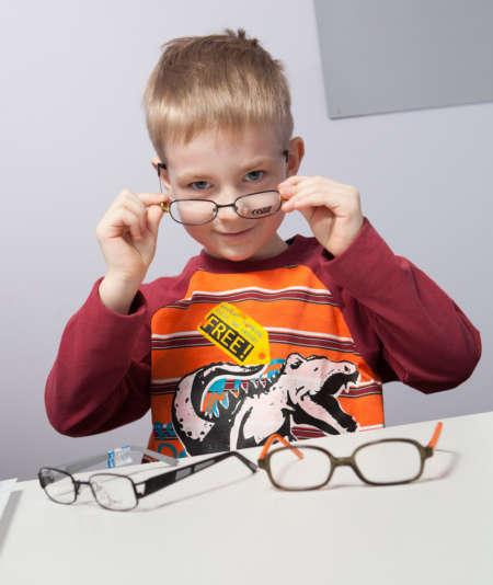 Мальчик примеряет разные очки