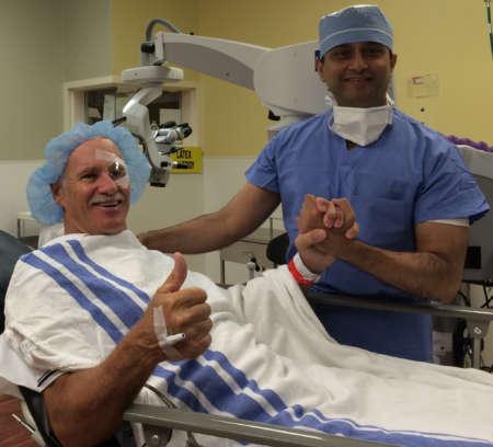 Доктор и счастливый мужчина после операции