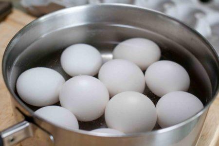 Яйца вареные в кастрюле с водой