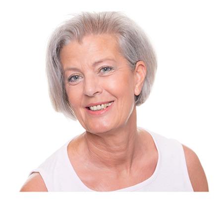Женщина в возрасте улыбается