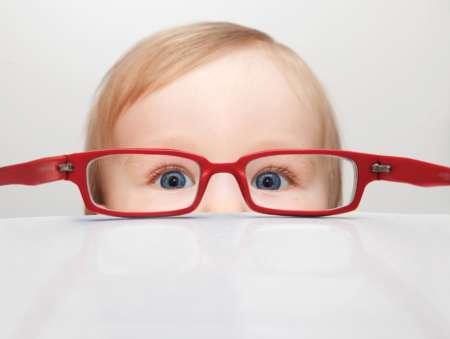 светловолосый мальчик в очках в красной оправе