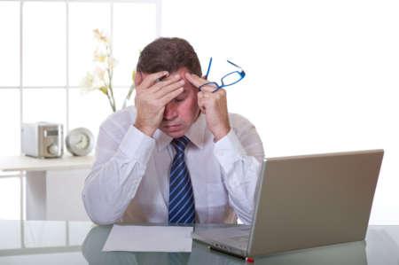 Мужчина устал работать за компьютером