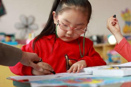 Маленькая девочка в очках