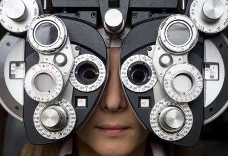 Проверка остроты зрения у офтальмолога