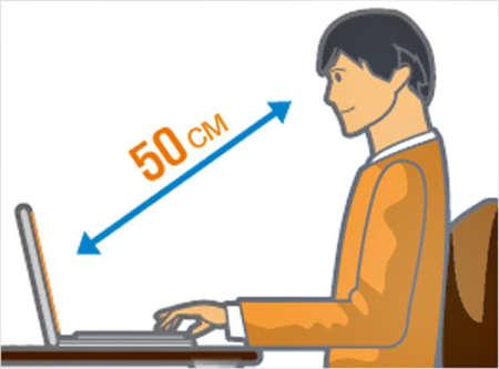 Человек работает за компьютером на правильном расстоянии