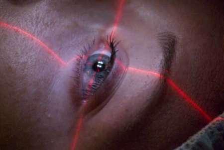 Женщина у лазерного хирурга на осмотре