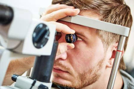 мужчине осматривают глаза