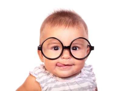 Забавный малыш в очках
