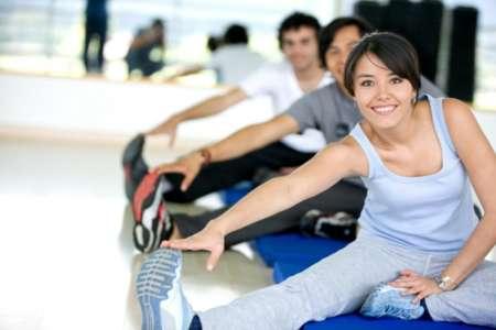 Люди занимаются физическими упражнениями