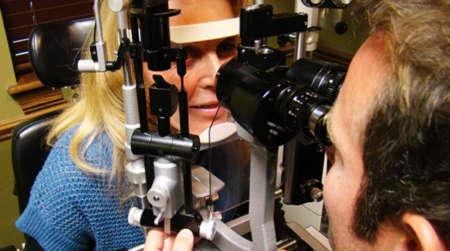 Девушка на приеме у офтальмолога