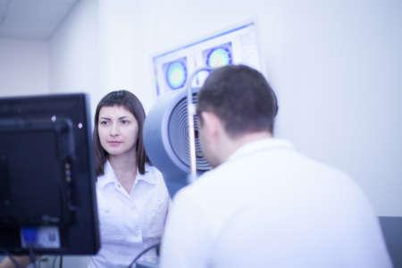 Девушка-врач обследует пациента